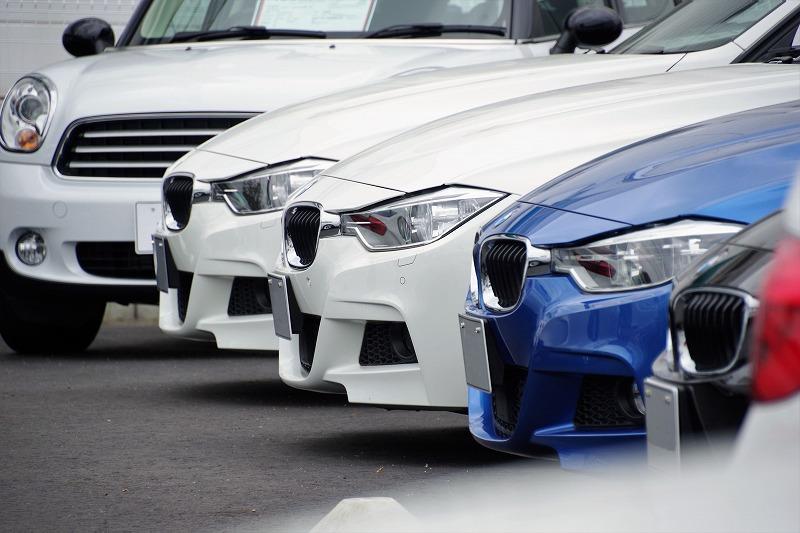 並んでる車